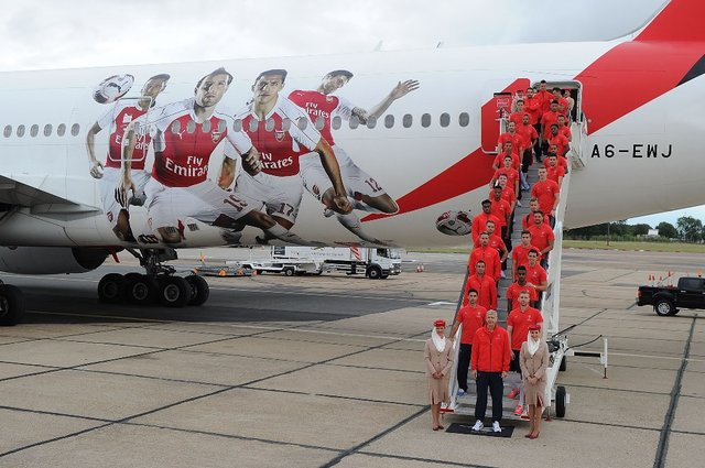 Samoloty-w-barwach-Arsenalu-Londyn